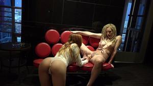 Deux nanas se donnent du plaisir