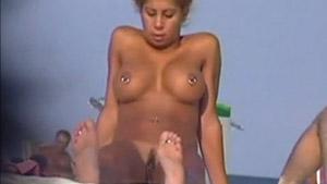 Des culs et des seins en plage nudiste
