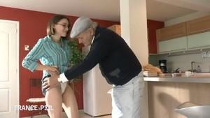 Papy se tape une jeunette à lunettes