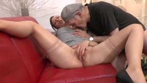 Papy passe le temps avec une salope en chaleur