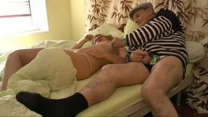 Papy vient réveiller sa jolie coloc lubrique