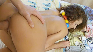 Une nounou aux gros seins naturels abusée