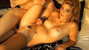 Les débuts d'une blondinette de 18 ans dans le porno
