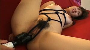 Bondage avec une jeune asiatique nymphomane