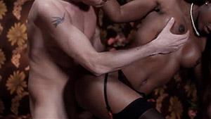 Séance de porno chic avec une superbe poupée black