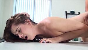 Une jeunette donne son cul et sa bouche lors d'un casting porno
