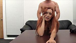 Jeune rousse sympa passe son casting hard avec succès, même l'épreuve anale