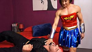 Brune musclée qui joue la Superwoman du sexe