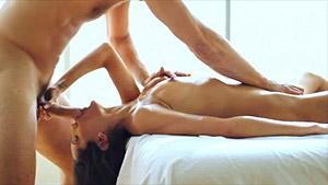 Jolie latine pinée par le masseur de ces dames - Chloe Amour
