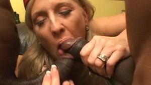 Trio interracial hard pour une blonde mature