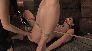Sasha Grey stimule Satine Phoenix de façon sadomasochiste