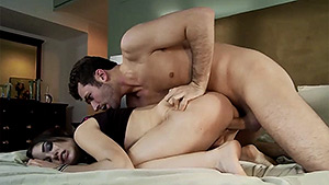 Il baise Sasha Grey en cachette et sodomise Joanna Angel