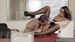 Alexa Tomas joue la secrétaire sexy et ça lui réussit