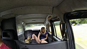 Une jeune Londonienne niquée à l'arrière d'un taxi après une masturbation