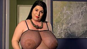 La grosse Natalie Fiore se doigte dans sa combinaison résille