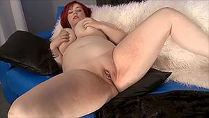 Addison Bound se doigte pour fêter sa nouvelle lingerie