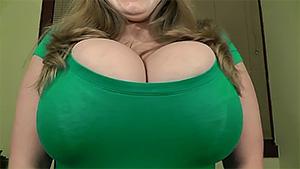 Amatrice exhibe et joue avec son énorme poitrine