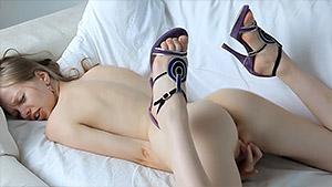 Gloria montre sa lingerie et se touche le clitoris face caméra