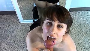 Leia, jeune écolière qui suce délicatement un pénis