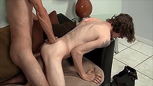 Baise bareback gay entre deux mecs hétéros curieux