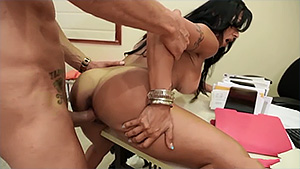Latina aux grosses loches se fait ramoner la shnek au bureau