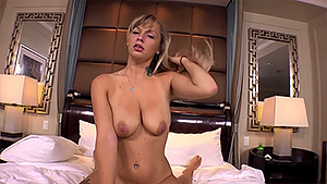 Jolie milf blonde baise de partout dans la chambre d'hotel