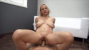 Blonde aux gros seins se fait bourrer la chatte dans un casting porno