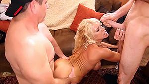 Bombasse blonde pompe deux gars grassouillets