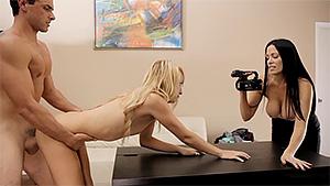 Jeune et jolie blonde en casting porno