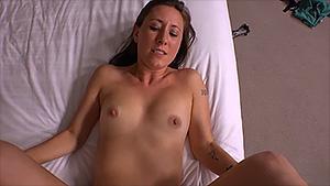 Jeune milf se lâche, elle baise et lèche le sperme