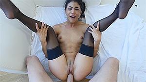 Veronica Rodriguez jeune latine attend sa commande