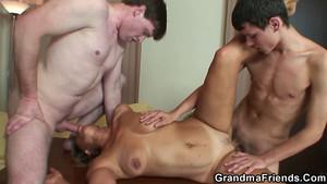 Chatte de grand-mère en trio XXX