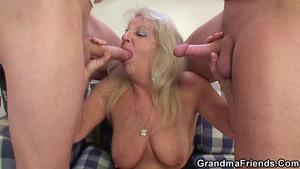 Grand-mère s'invite pour l'apéro et suce deux bites