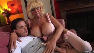 Sexe avec une quinquagénaire aux seins colossaux