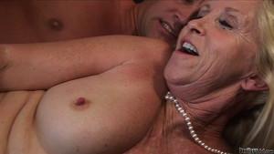 Femme ridée pétillante culbutée dans le salon