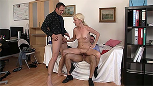 Secrétaire mature testée au sexe en trio pour son entretien