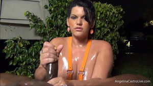 Grosse femme qui branle une bite lubrifiée