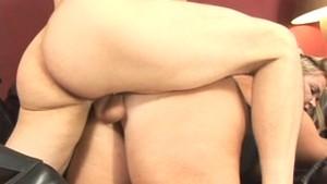 Un pervers se tape une grosse blonde en levrette