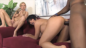 Mère et fille dans un trio interracial