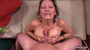 Une maman qui a de la bouteille nous gratifie d'un porno POV