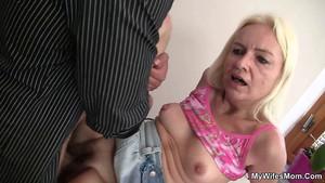 La vieille blonde se colle le poireau de son gendre