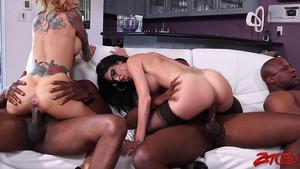 Trois blacks assurent une belle orgie avec des chiennes