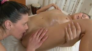 Une jeune coquine se découvre lesbienne lors d'un massage