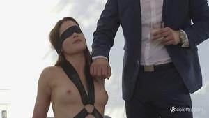 Une jeune brune va découvrir le sexe les yeux bandés