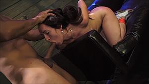Un ouvrier partage ses délires fétichistes avec une brune