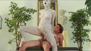 Une statue se réveille pour un moment de sexe