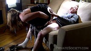 Une mature zébrée chevauche un vieux sur le canapé