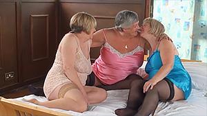 Trois vieilles copines jouent entre elles et avec une bite