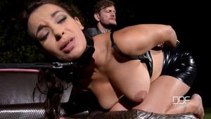 Sophia Laure dans une scène de cul façon bondage
