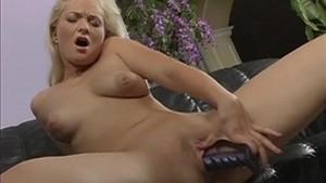 Belle femme blonde se fait du bien